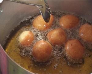 vetkoek in the pot (erinmaciver.wordpress.com)
